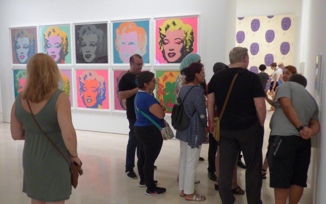 Participantes del programa Enredaderas por el Empleo visitan la exposición Warhol. El Arte Mecánico en el Museo Picasso